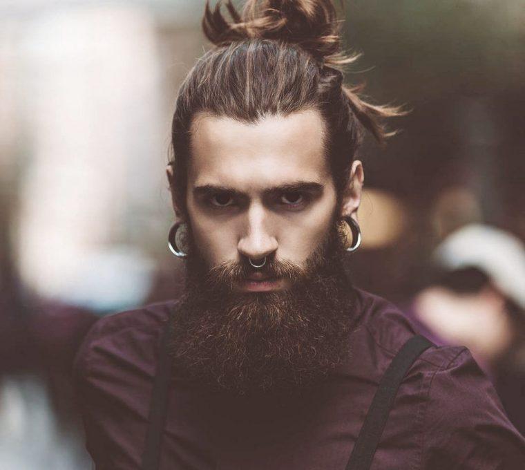 taglio capelli uomo lunghi chignon da samurai