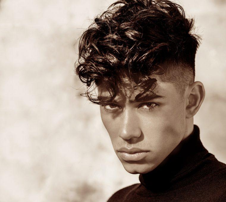 taglio capelli uomo lunghi lati rasati